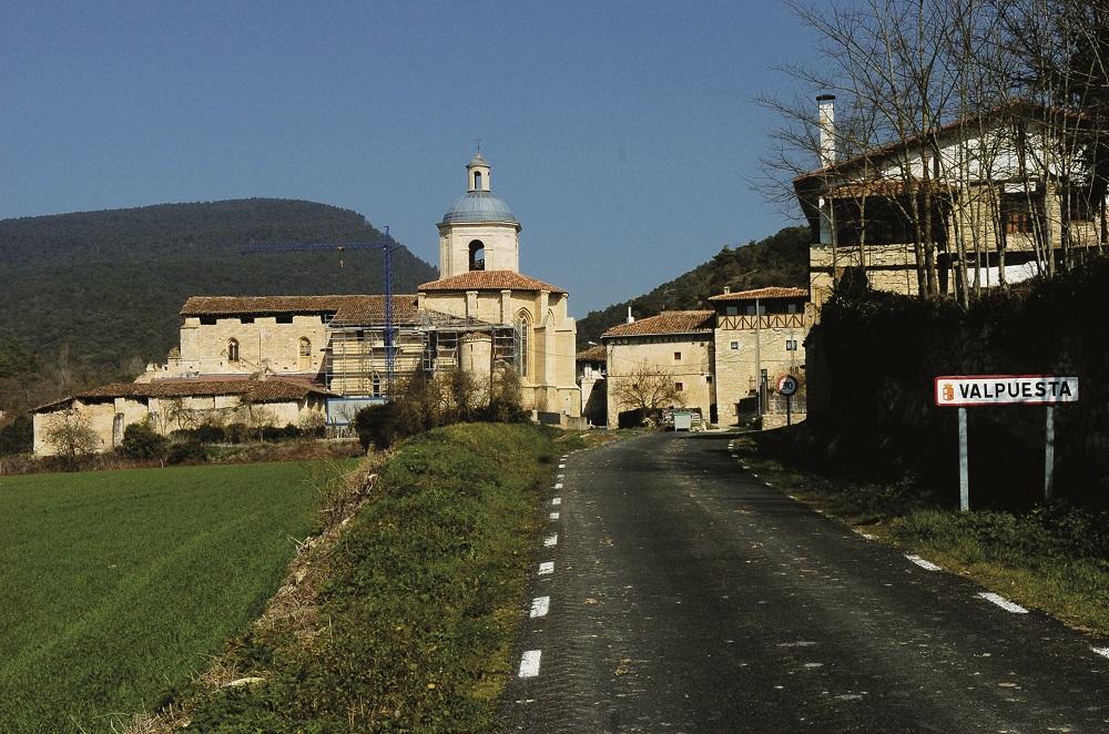 La figura de Santa María de Valpuesta domina la panorámica de la localidad. Reportaje gráfico: Truchuelo