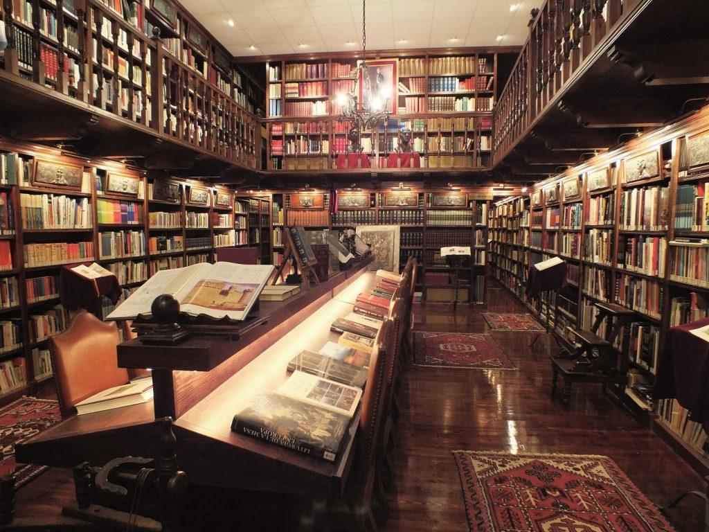 Biblioteca Camilo José Cela dentro de Bodegas Mocén