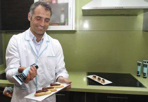 David Ramos de Morcilllas De Villada muestra la morcilla en tubo