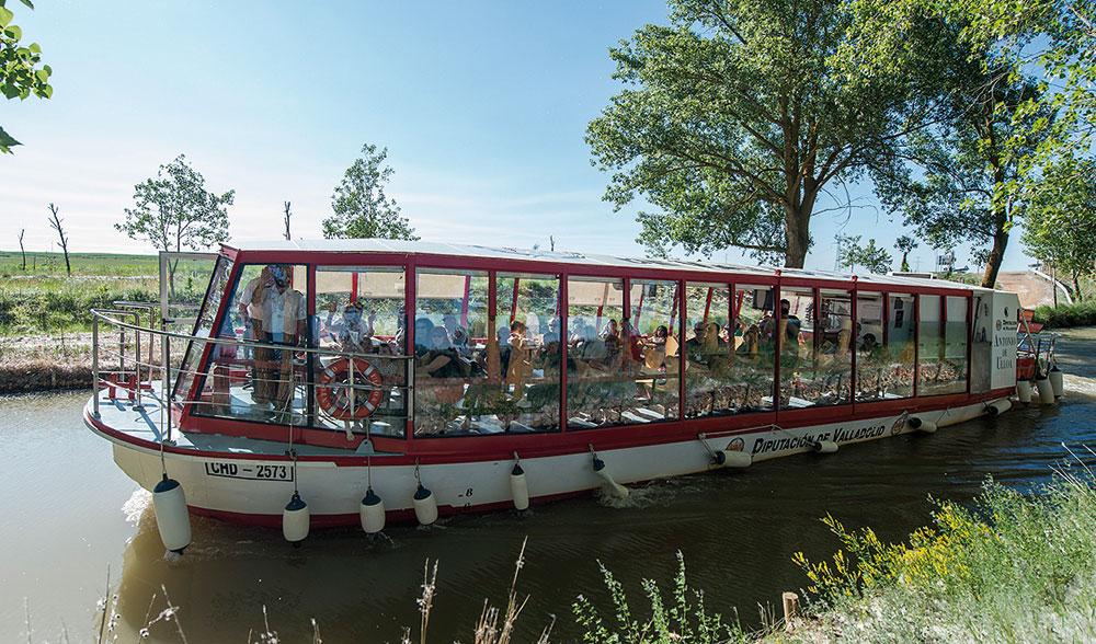 Barco turístico por el Canal de Castilla. Foto: Diputación de Valladolid.