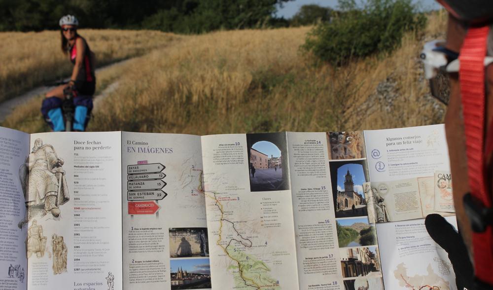 Mirando un folleto del Camino del Cid en ruta, en Silos